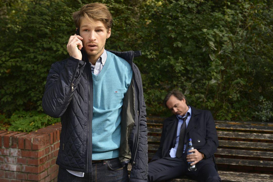 Bei ein paar Bier kommt der Mut leichter: Uwe (Tino Lindenberg, r.) und Julian (Oliver Bender, l.) beschließen, ihren Vätern die Meinung zu geigen.... - Bildquelle: Oliver Ziebe sixx