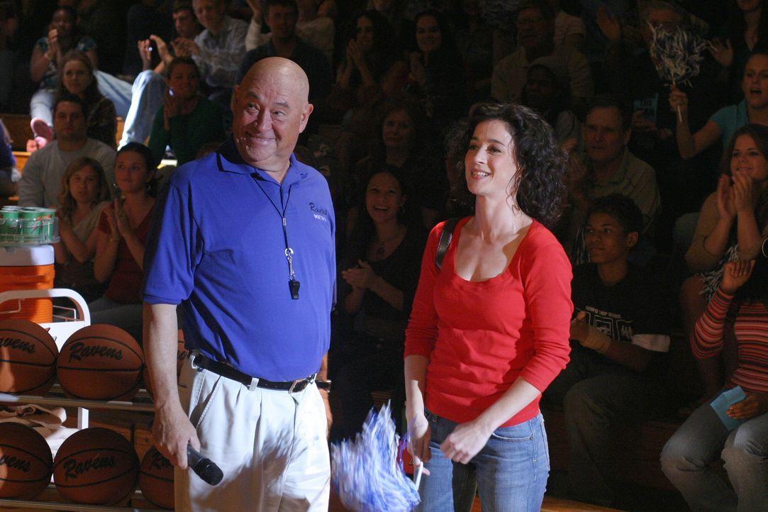 Coach Whitey (Barry Corbin, l) stellt Dans überraschende Gegenkandidatin vor: Es handelt sich ausgerechnet um Karen (Moira Kelly, r.) ... - Bildquelle: Warner Bros. Pictures