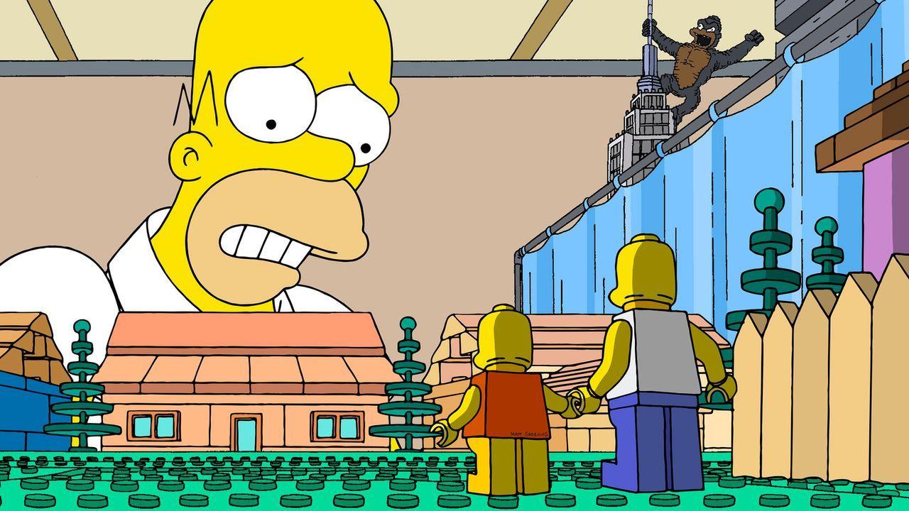 Was ist Halluzination und was ist Wirklichkeit? Homer Simpson (l.) sieht eine Legowelt, in der er selbst (r.) und seine Tochter Lisa (M.) als Lego-S... - Bildquelle: 2013 Twentieth Century Fox Film Corporation. All rights reserved.