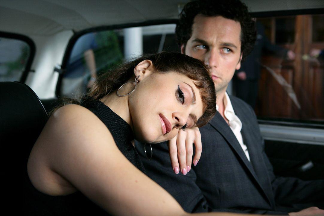 """Obwohl Jacks (Brittany Murphy, l.) dauernd auf der Suche nach """"Mr. Right"""" für ihre Freunde (Matthew Rhys, r.) ist, sieht sie das Glück vor ihrer e... - Bildquelle: Chris Raphael 2007 EUROPACORP - SKYLINE (LoD) LIMITED"""