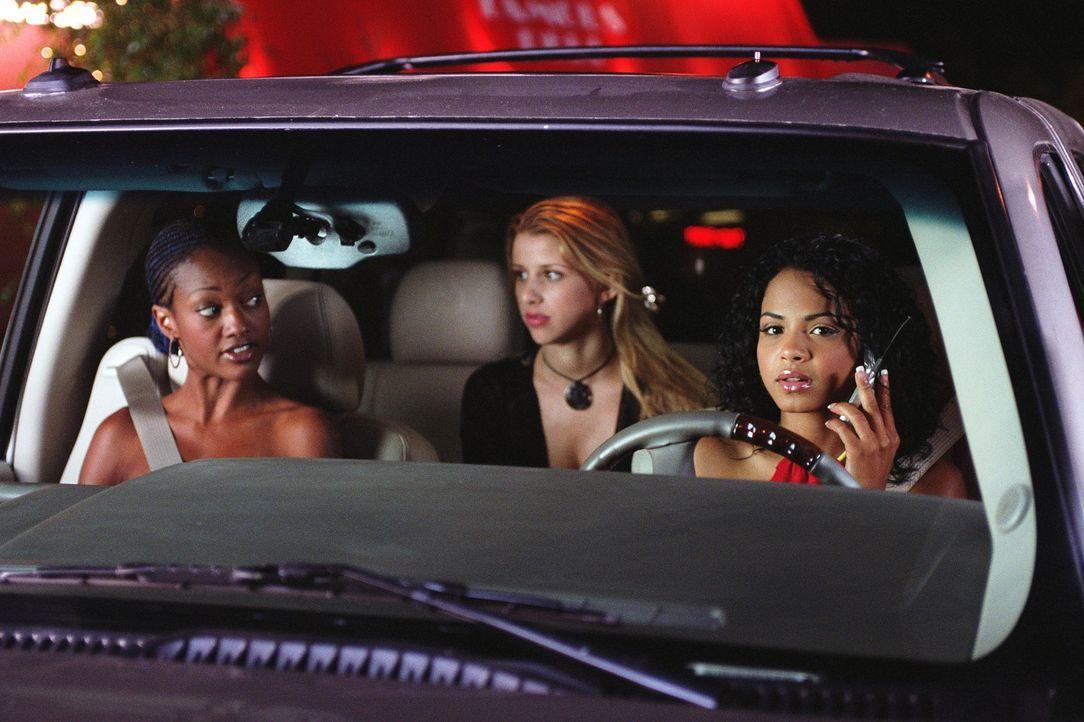 Als die Anführerin der Elite-Kids, Paris Morgan (Christina Milian, r.), mit ihren Freundinnen Yvonne (Nichole Robinson, l.) und Zoe (Melissa Schuma... - Bildquelle: 2002   Warner Brothers