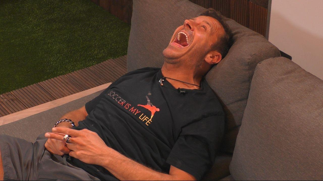 Willi lacht über Evelyn - Bildquelle: SAT.1