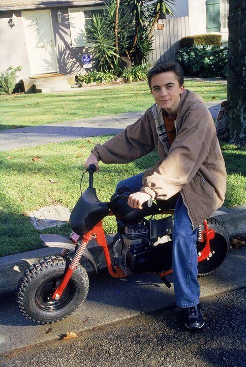 Malcolm (Frankie Muniz) fährt mit einem alten Mini-Bike herum ... - Bildquelle: TM +   2000 Twentieth Century Fox Film Corporation. All Rights Reserved.