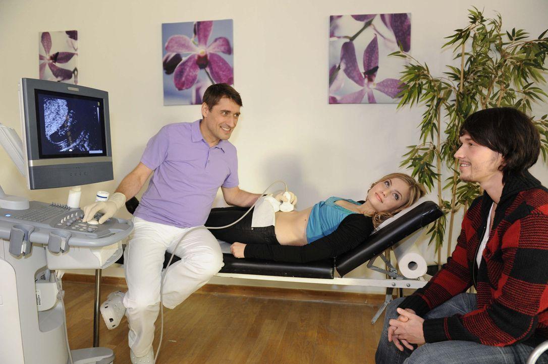 Ben sieht mit gemischten Gefühlen das Ultraschallbild seines Kindes: Frauenarzt Dr. Roth (Stephan Bürgi, l.), Caro (Sonja Bertram, M.) und Ben (Ch... - Bildquelle: SAT.1