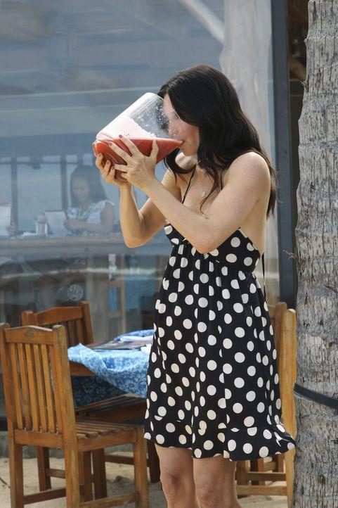 Als Jules (Courteney Cox) von Laurie erfährt, dass Travis nach Hawaii gefahren ist erwacht in ihr sofort der Mutterinstinkt, der dafür sorgt, dass... - Bildquelle: 2010 ABC INC.