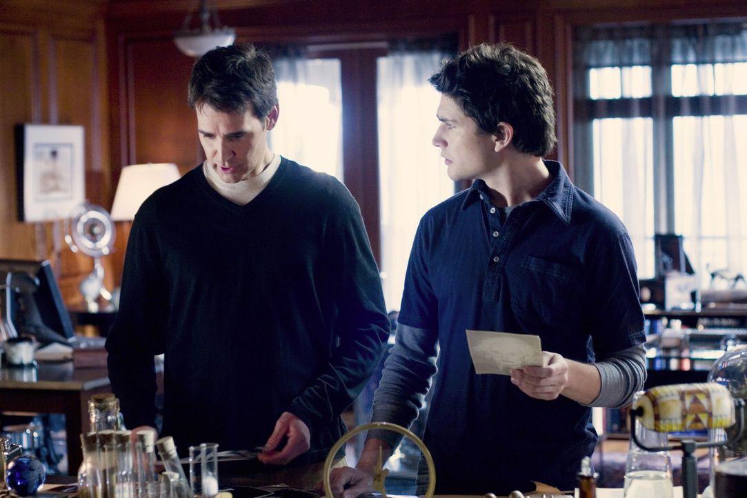 Adam Baylin (J. Eddie Peck, l.) offenbart Kyle (Matt Dallas, r.) seine ganze Lebensgeschichte ... - Bildquelle: TOUCHSTONE TELEVISION