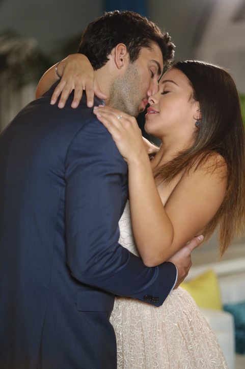 Haben sie eine Chance auf eine gemeinsame Zukunft? Jane (Gina Rodriguez, r.) und Rafael (Justin Baldoni, l.) ... - Bildquelle: 2014 The CW Network, LLC. All rights reserved.