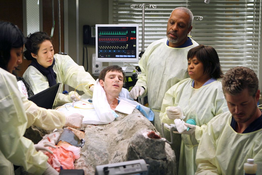 Callie (Sara Ramirez, l.), Cristina (Sandra Oh, 2.v.l.), Webber (James Pickens Jr.,  3.v.r.), Bailey (Chandra Wilson, 2.v.r.) und Mark (Eric Dane, r... - Bildquelle: Touchstone Television