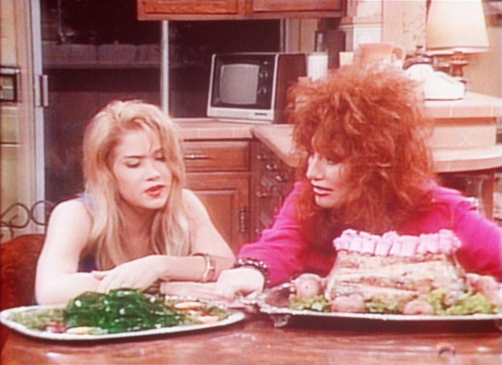 Kelly (Christina Applegate, l.) und Peggy (Katey Sagal, r.) sind am Ende: Wackelpudding und Lammschultern zuzubereiten, ist gar nicht einfach. - Bildquelle: Columbia Pictures