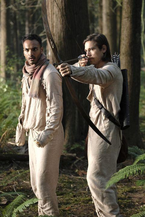 Penny (Arjun Gupta, l.) und Quentin (Jason Ralph, r.) machen sich in den Wäldern von Fillory auf die Suche nach der weißen Lady, nicht ahnend, was s... - Bildquelle: Eike Schroter 2016 Syfy Media, LLC