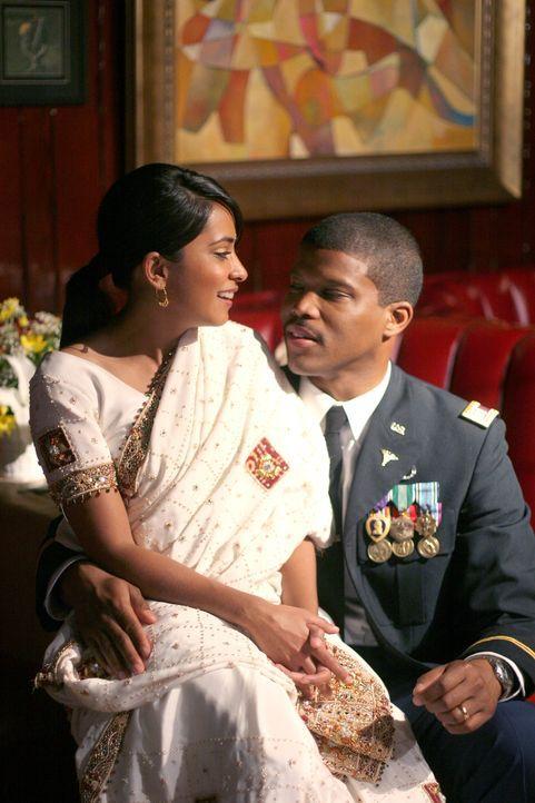 Gerade von seinem Irak-Einsatz zurückgekehrt, überrascht Gallant (Sharif Atkins, r.) Neela (Parminder Nagra, l.) mit der Idee, zu heiraten - und zwa... - Bildquelle: Warner Bros. Television