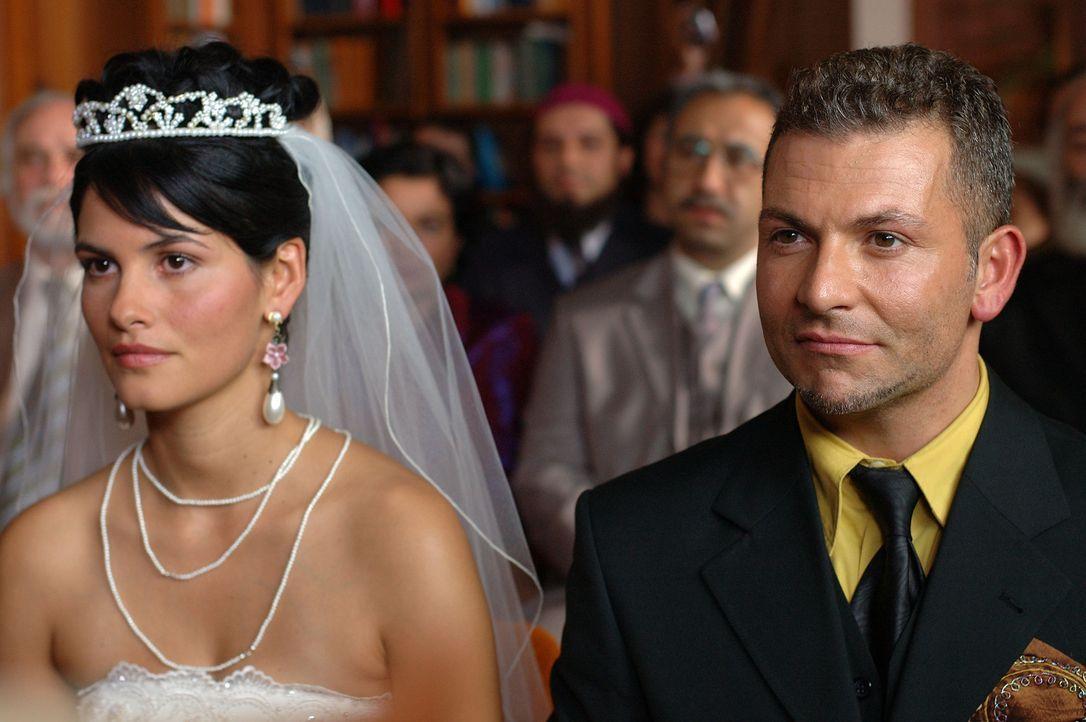 Obwohl Aylin (Mandala Tayde, l.) ihren Götz liebt, will sie den von ihren Eltern erwählten Tarkan (Gandi Mukli, r.) heiraten. Doch während der Tr... - Bildquelle: ProSieben