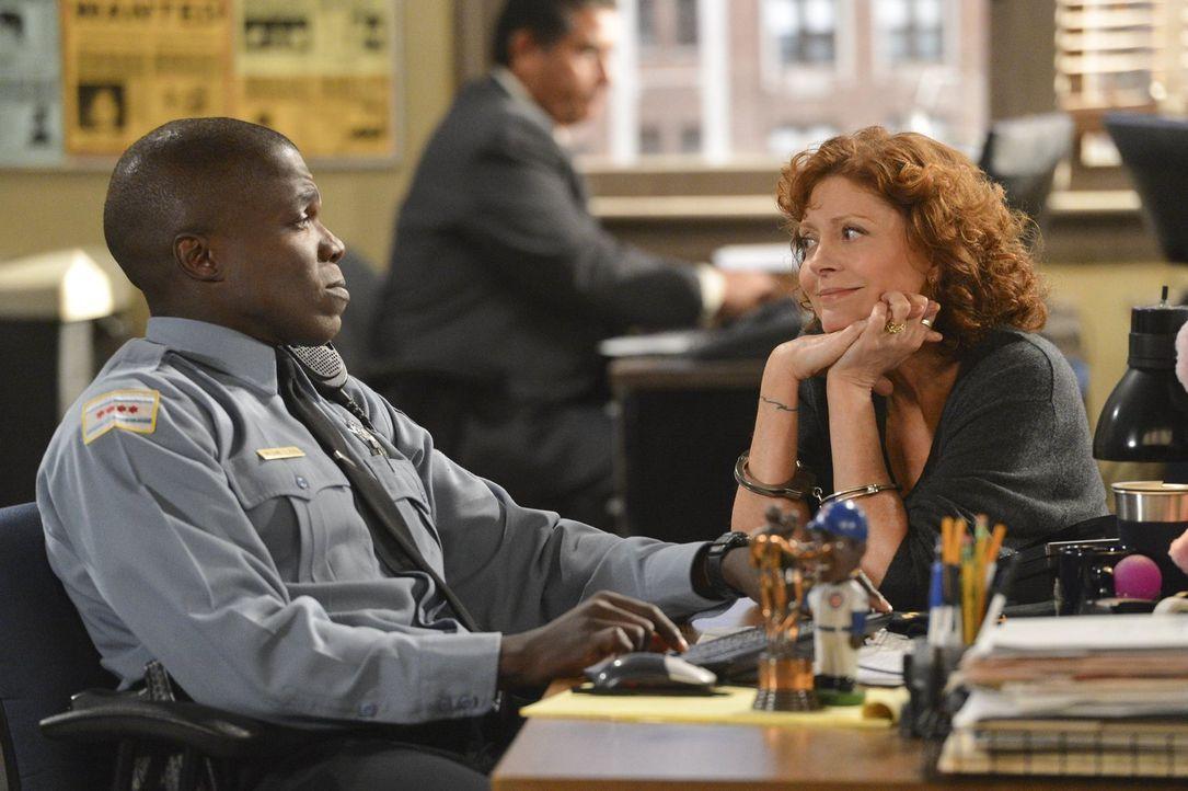 Wenn sie nicht gerade alkoholisiert ist, kann sie ganz zauberhaft sein: Die Schriftstellerin J. C. Small (Susan Sarandon, r.) wickelt auf dem Polize... - Bildquelle: Warner Brothers