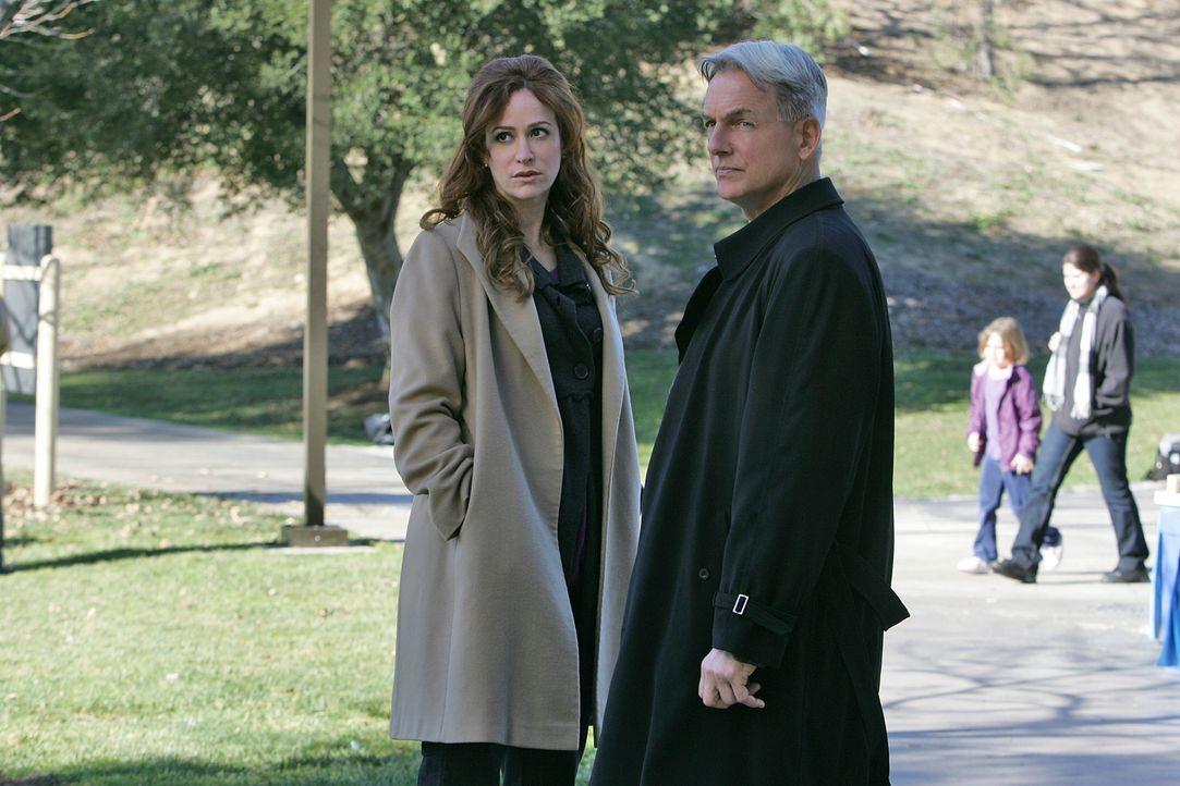 Der Fluch der Waffe: Hillary Taffet (Rebecca Creskoff, l.) und Gibbs (Mark Harmon, r.) ... - Bildquelle: CBS Television