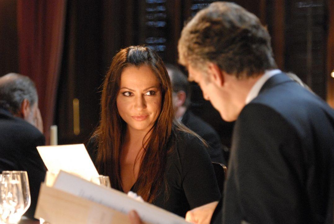 Erst spät geht Max Kerner (Walter Sittler, r.) auf, dass seine Frau Andrea (Simone Thomalla, l.) durchaus ein Faible für den gutaussehenden Armin ha... - Bildquelle: SAT.1