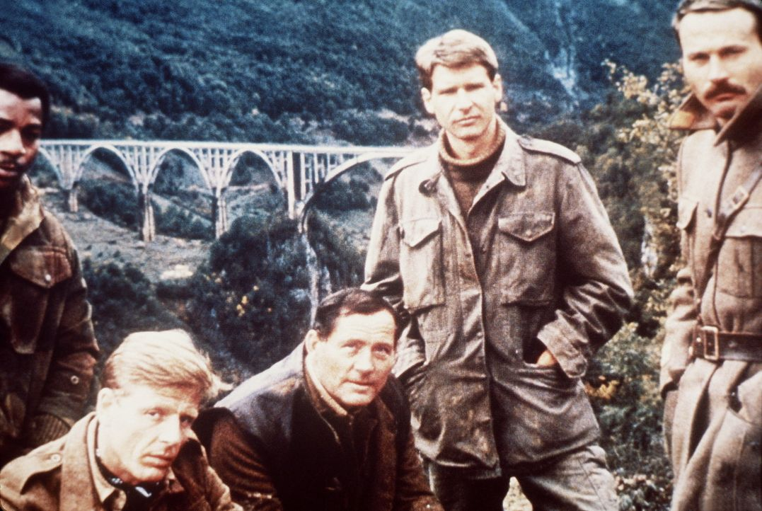 Weaver (Carl Weathers, l.), Miller (Edward Fox, 2.v.l.), Mallory (Robert Shaw, M.), Barnsby (Harrison Ford, 2.v.r.), Lescovar (Franco Nero, r.): Das... - Bildquelle: Columbia Pictures
