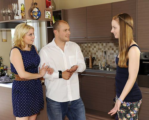 Lara ist glücklich darüber, dass sich ihre Eltern Miriam und Piet endlich wieder näher kommen ... - Bildquelle: Christoph Assmann - Sat1