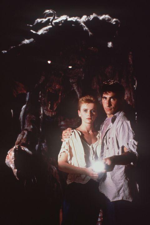 Bryan (Paul Carafotes, r.) und Crystina (Nicola Cowper, l.) dringen immer weiter in die Erde ein, wo sie eine geheimnisvolle Untergrundstadt entdeck...