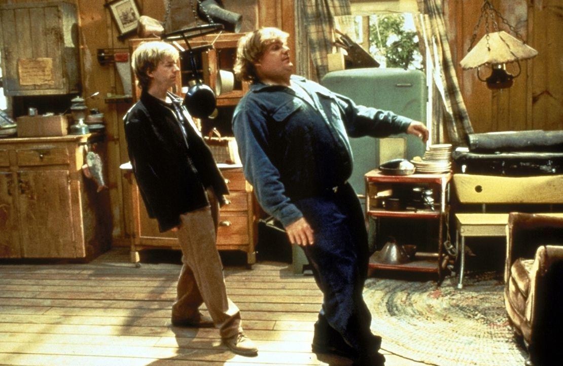 Steve (David Spade, l.) soll das Riesenbaby Mike (Chris Farley, r.) beaufsichtigen und aus dem größten Schlamassel heraushalten. Doch das gelingt ih... - Bildquelle: Paramount Pictures