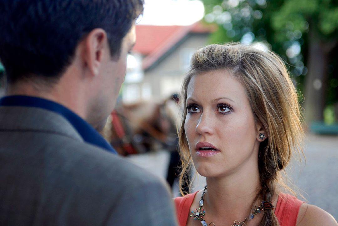 Will Jackie (Wolke Hegenbarth, r.) immer noch Frederik (Oliver Bootz, l.) heiraten? - Bildquelle: M. Krumwiede Sat.1