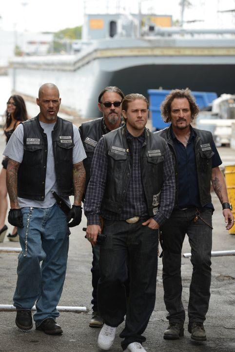 Die von Jax (Charlie Hunnam, 2.v.r.) geschaffenen Intrigen holen die Sons langsam ein. Happy (David Labrava, l.), Chibs (Tommy Flanagan, 2.v.l.) und... - Bildquelle: Michael Becker 2013 Twentieth Century Fox Film Corporation and Bluebush Productions, LLC. All rights reserved.