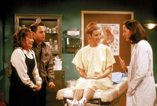 Friends - Phoebe (Lisa Kudrow, 2.v.r.) ist sich noch nicht sicher, ob sie für...