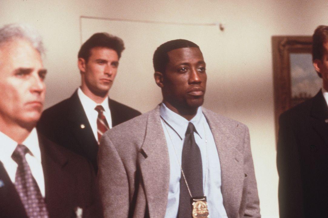 Detective Harlan Regis (Wesley Snipes, M.) lauscht konsterniert den offiziellen Verlautbarungen des Weißen Hauses, denn diese vertuschen den wahren... - Bildquelle: Warner Bros.