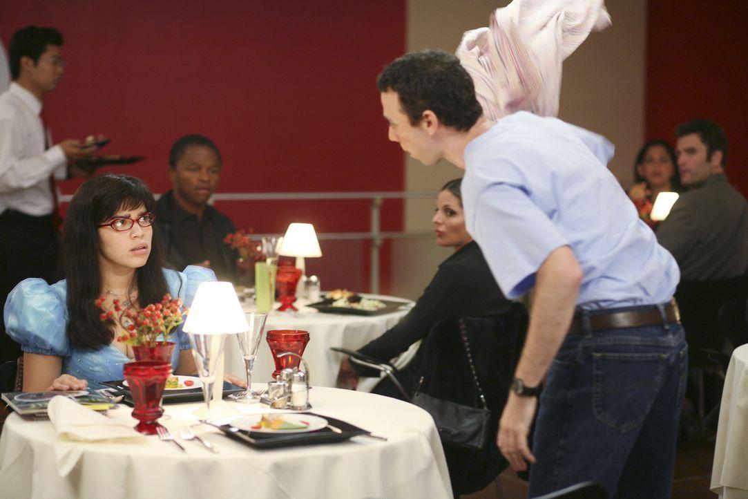 Betty (America Ferrera, l.) lädt ihren Freund Walter (Kevin Sussman, r.) ein, mit ihr das Hotel zu testen - doch der kann sich mit dem schicken Ambi... - Bildquelle: Buena Vista International Television