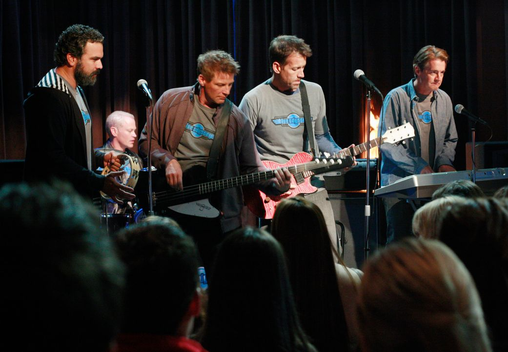 "Das ""Battle of the Bands""-Konzert steht an: Carlos (Ricardo Antonio Chavira, l.), Dave (Neal McDonough, 2.v.l.),  Tom (Doug Savant, M.), Mike (James... - Bildquelle: ABC Studios"
