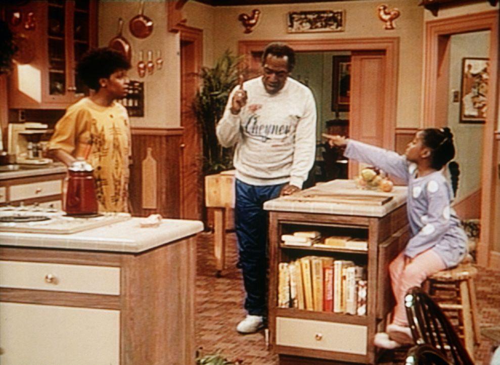 Cliff (Bill Cosby, M.) hat endgültig genug von den ständigen Streitereien, die sich seine Töchter Rudy (Keshia Knight Pulliam, r.) und Vanessa (T... - Bildquelle: Viacom