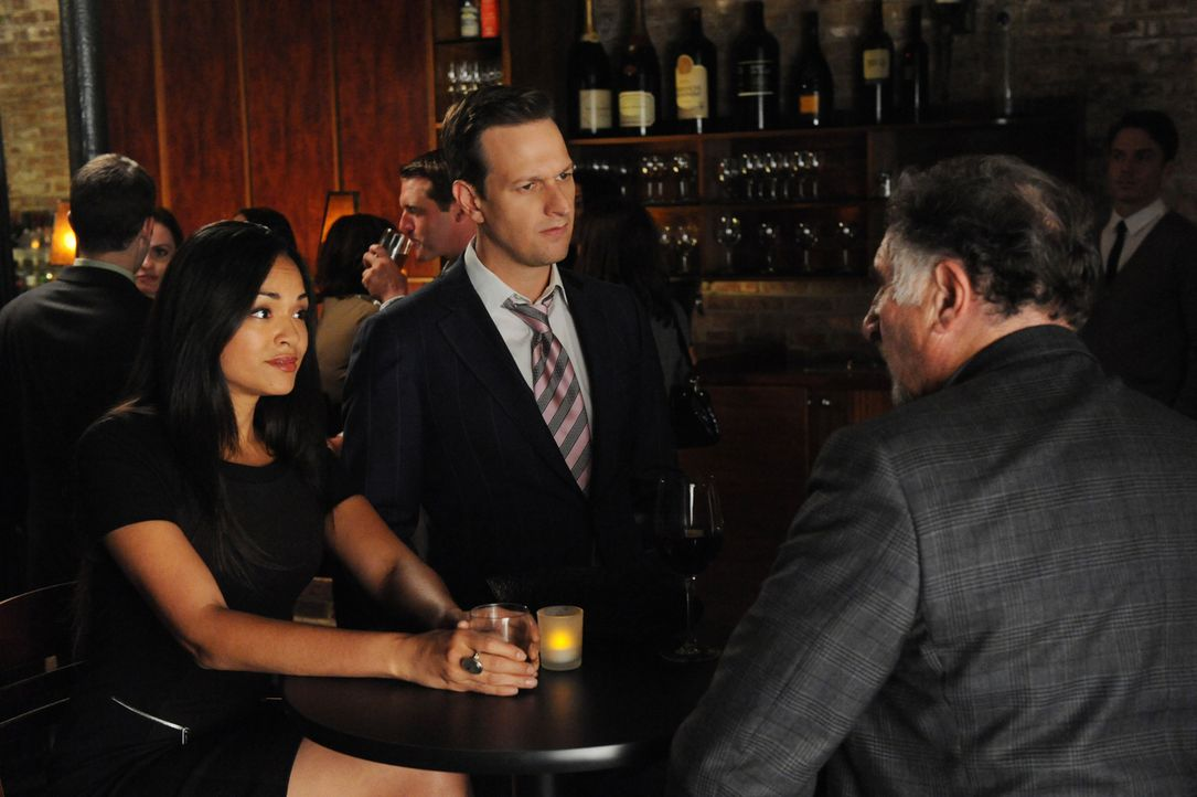 In einer Bar trifft Will (Josh Charles, M.) ausgerechnet auf Giada (Karen Olivo, l.) und den der Befangenheit beschuldigten Richter Creary (Judd Hir... - Bildquelle: Jeffrey Neira 2012 CBS Broadcasting, Inc. All Rights Reserved