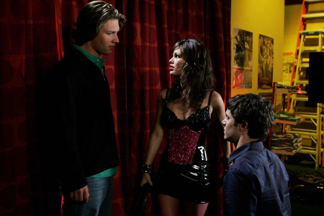 """Beide wollen Summer (Rachel Bilson, M.) und deshalb kommt es am Ende einer """"Atomic County"""" - Lesung zwischen Seth (Adam Brody, r.) und Zach (Michael... - Bildquelle: Warner Bros. Television"""