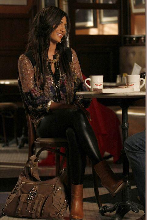 Vanessa (Jessica Szohr) erzählt Dan, dass Olivia Angst hätte, seine Eltern kennenzulernen, um die Erstsemester-Ansprache an der NYU zu ergattern. - Bildquelle: Warner Brothers