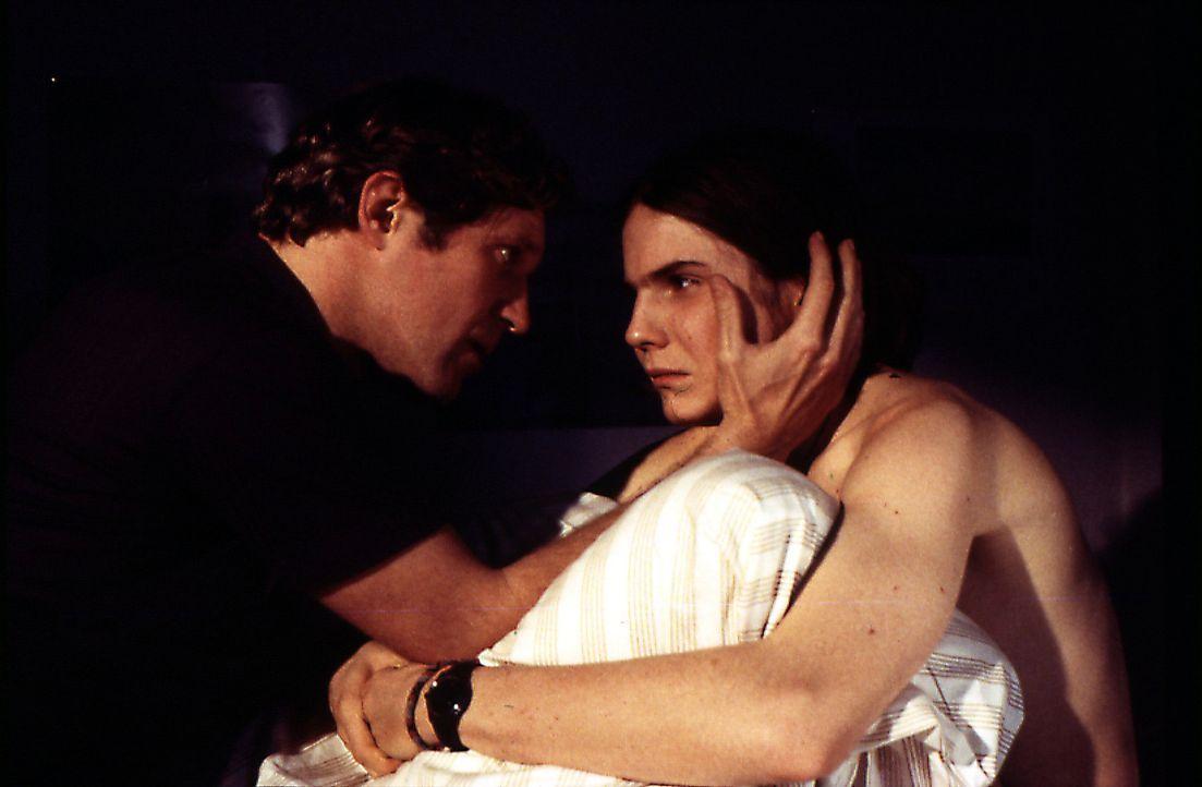 Der introvertierte Nicolas (Daniel Brühl, r.) wird seit Jahren von seinem Vater (Harald Krassnitzer, l.) sexuell misshandelt, doch das soll endlich... - Bildquelle: SAT.1