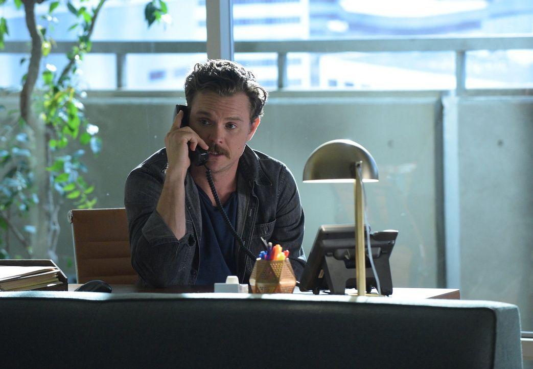 Telefonberatung? Als Riggs (Clayne Crawford) seine Psychologin Dr. Cahill nicht antrifft, ruft er sie kurzerhand von ihrem Büro aus an ... - Bildquelle: Warner Brothers