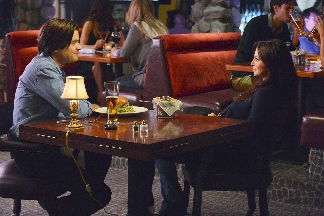 Während Jake den neuen Freund seiner Tochter kennenlernt, hat es James (Matt Long, l.) weiter auf Amelia (Caterina Scorsone, r.) abgesehen ... - Bildquelle: ABC Studios