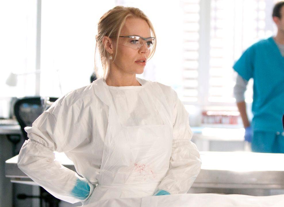 Dr. Kate Murphey (Jeri Ryan) untersucht die Leiche einer jungen Frau, die aus einem Fluss gefischt wurde ... - Bildquelle: 2011 American Broadcasting Companies, Inc. All rights reserved.