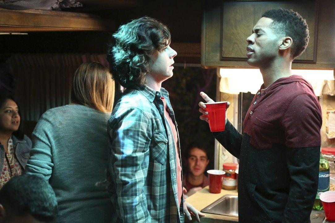 Was wird Hutch (Alphonso McAuley, r.) sagen, wenn Axl (Charlie McDermott, l.) seinen kleinen Bruder zu einer College-Party mitbringen will? - Bildquelle: Warner Bros.