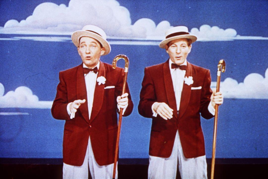Bob (Bing Crosby, l.) und sein Freund Phil (Danny Kaye, r.) begeistern mit ihrer Show das Publikum ... - Bildquelle: Paramount Pictures