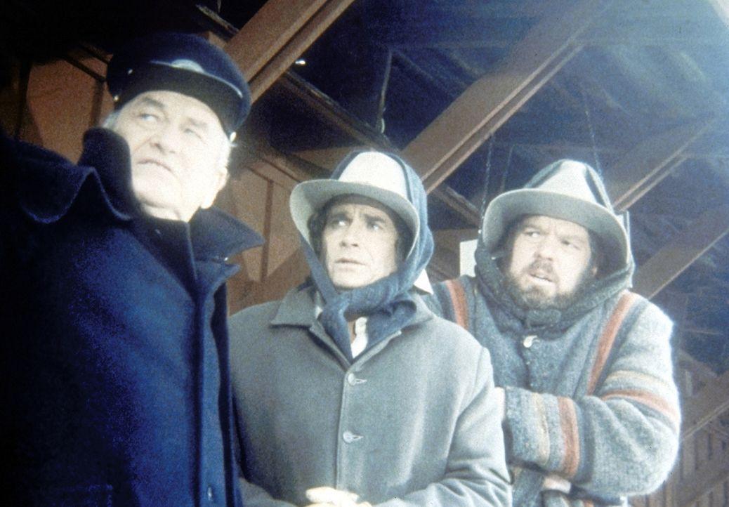 Jonathan (Merlin Olsen, r.) und Charles (Michael Landon, M.) müssen vom Stationsvorsteher erfahren, dass der Zug mit den lebenswichtigen Medikamente... - Bildquelle: Worldvision