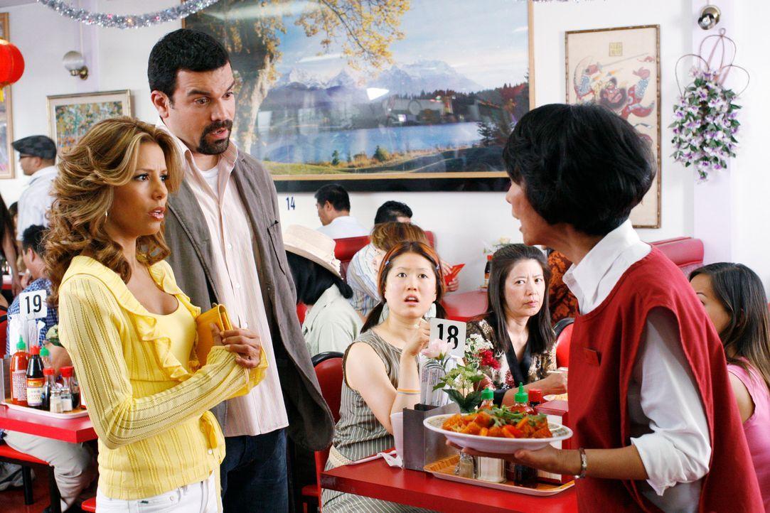 Li Wang (Jeanne Sakata, r.) ist wütend auf Gabrielle (Eva Longoria, l.) und Carlos (Ricardo Antonio Chavira, M.) und sagt ihnen deshalb ihre Meinung... - Bildquelle: 2005 Touchstone Television  All Rights Reserved