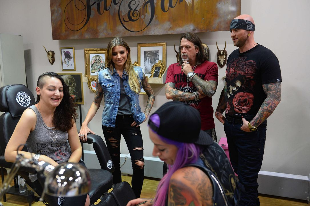 Sophia Thomalla (2.v.l.), Mario Barth (2.v.r.) und Randy Engelhard (r.) sind gespannt auf das Tattoo, welches Nici (vorne) auf die Haut ihres Tattoo... - Bildquelle: Willi Weber sixx