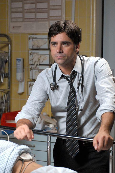 Gates (John Stamos) ist zurück in der Notaufnahme und zeigt erneut, dass er ein guter Arzt ist ... - Bildquelle: Warner Bros. Television