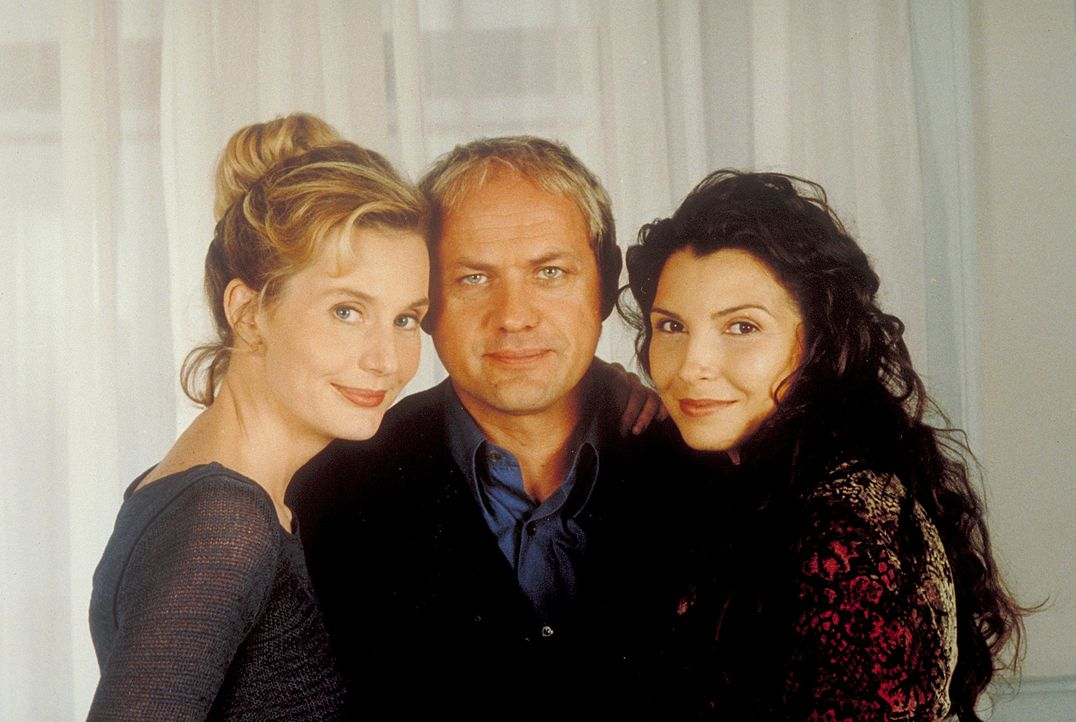 Zwei Frauen (Maria Pia Calzone, r., Stella Vordemann, l.), ein Kind und ein Vater (Uwe Ochsenknecht, M.) ... - Bildquelle: ProSieben