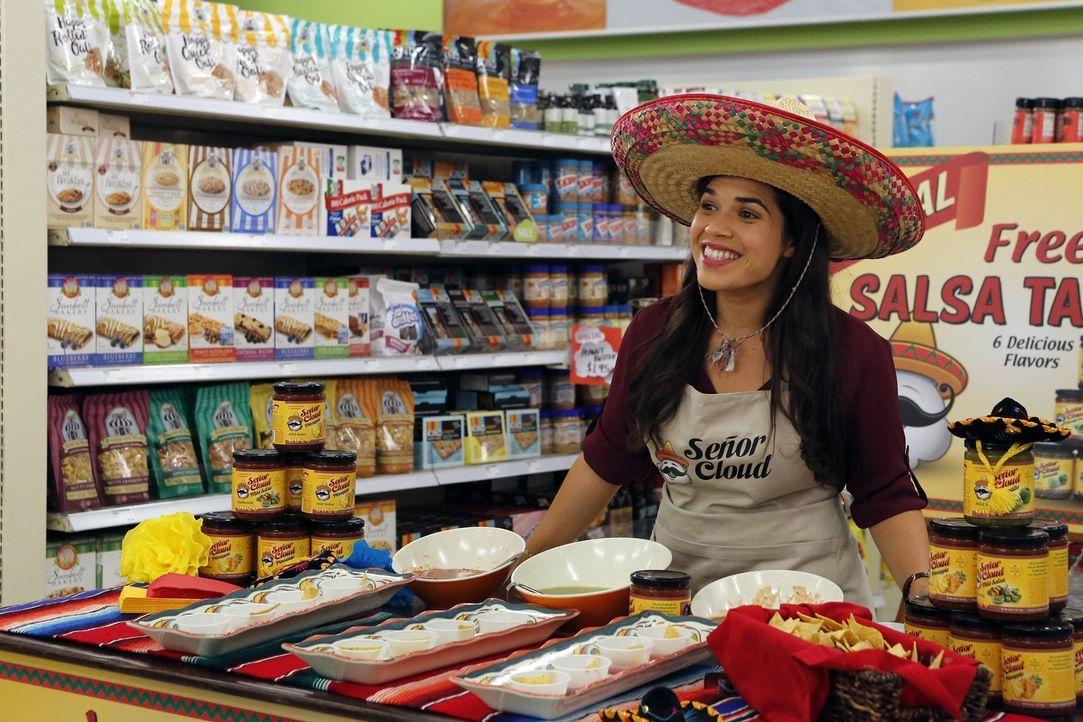 Obwohl sich Amy (America Ferrera) erst dagegen wehrt, als Latina stereotypische Ideale zu repräsentieren, muss sie nun doch einspringen. Sie möchte... - Bildquelle: Vivian Zink 2015 Universal Television LLC. ALL RIGHTS RESERVED.