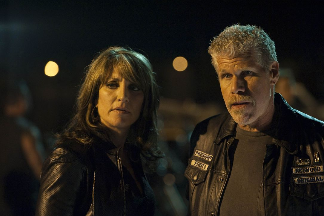 Gemma (Katey Sagal, l.) versucht Clay (Ron Perlman, r.), der sich von dem zwielichtigen Ethan Zobelle provozieren lässt, zu beruhigen ... - Bildquelle: 2009 Twentieth Century Fox Film Corporation and Bluebush Productions, LLC. All rights reserved.
