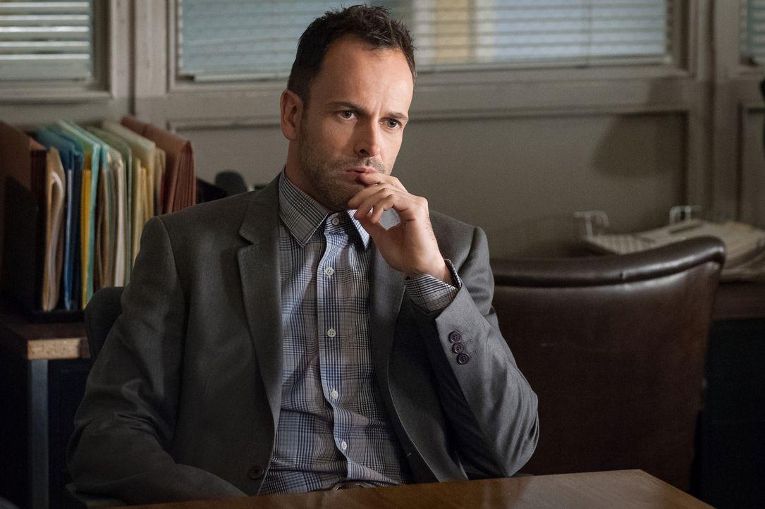Mit seiner hervorragenden Auffassungsgabe versucht Sherlock Holmes (Jonny Lee Miller), einen neuen Kriminalfall zu lösen ... - Bildquelle: CBS Television
