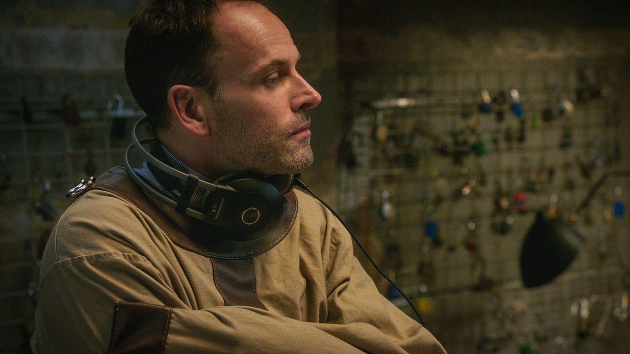 Versucht auf seine eigene, ungewöhnliche Weise, einen Mord aufzuklären: Sherlock Holmes (Jonny Lee Miller) ... - Bildquelle: 2015 CBS Broadcasting Inc. All Rights Reserved.