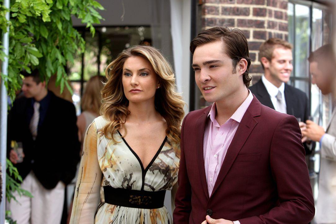 Um es Blair heimzuzahlen, bringt Chuck (Ed Westwick, r.) Catherine (Mädchen Amick, l.) mit auf die Party. Nicht ahnend, dass es sich dabei um Marcus... - Bildquelle: Warner Brothers