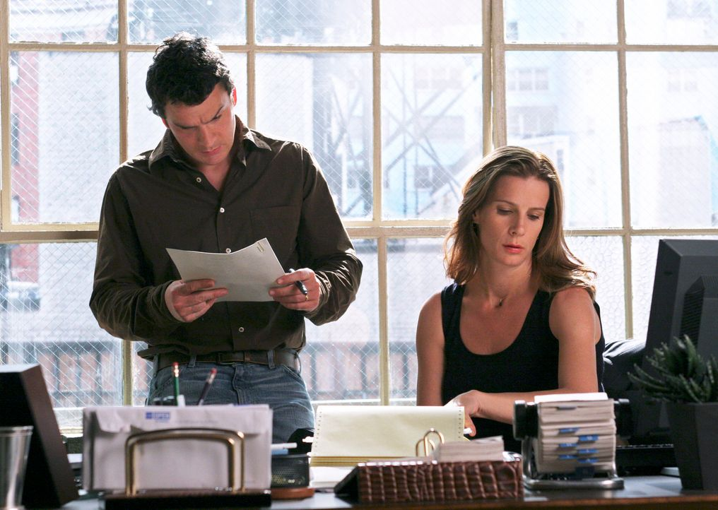 Während Thomas (Balthazar Getty, l.) und Sarah (Rachel Griffiths, r.) sich weiterhin Gedanken um die Firma machen, hat ihre Mutter einen Plan, wie... - Bildquelle: Disney - ABC International Television